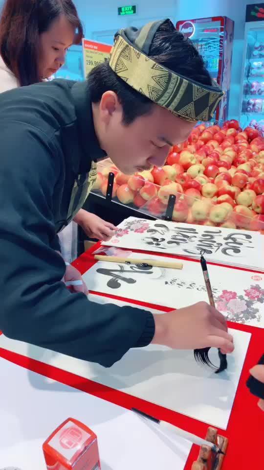 #chucmungnammoi có ai thấy ông đồ này đz ko ạ?chờ mãi mới xin dc chữ Tài cho năm mới❤️?