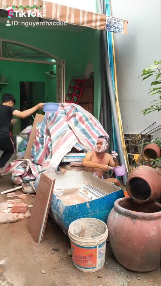 Đi tắm cũng ko yên nữa ? #vuinhon #haihuoc #ash_lay